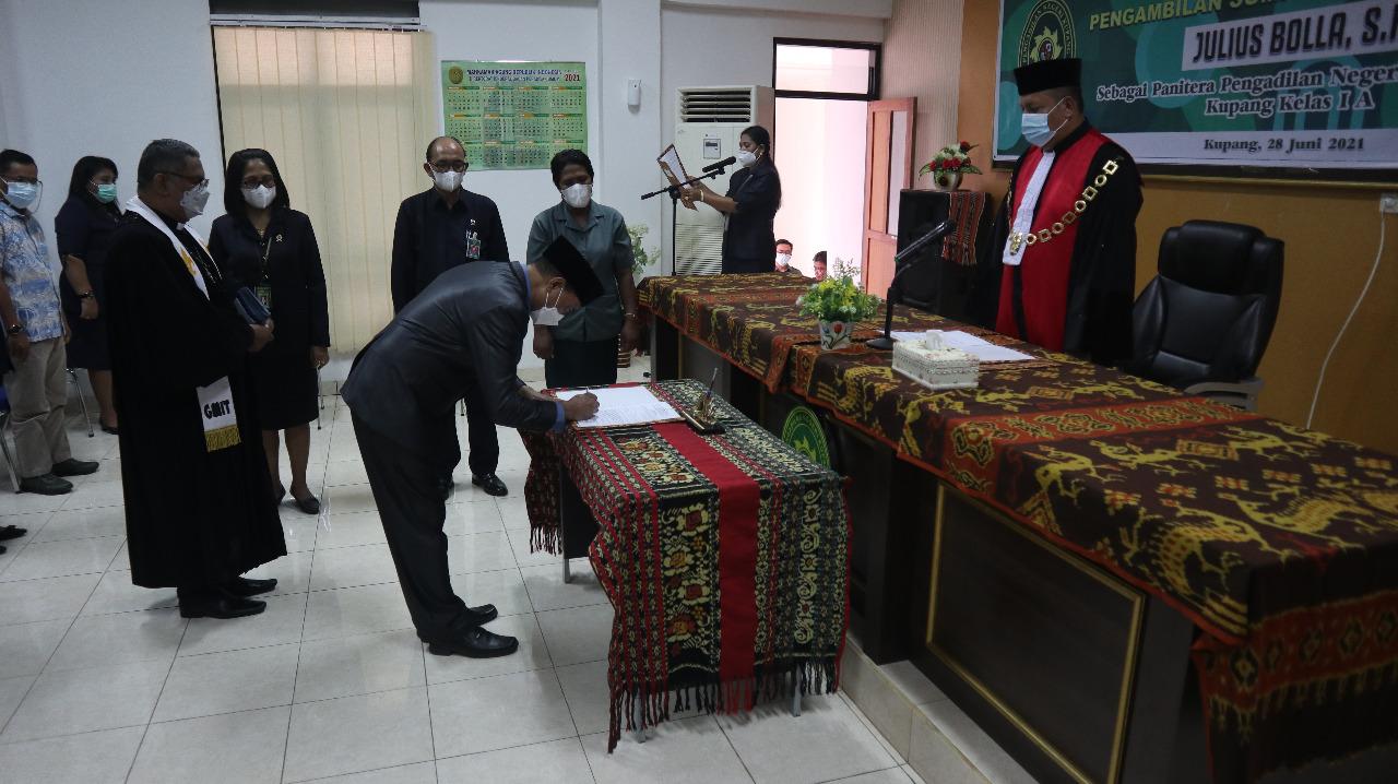 Pengambilan Sumpah Jabatan dan Pelantikan Bapak Julius Bolla, S.H. sebagai Panitera Pengadilan Negeri Kupang
